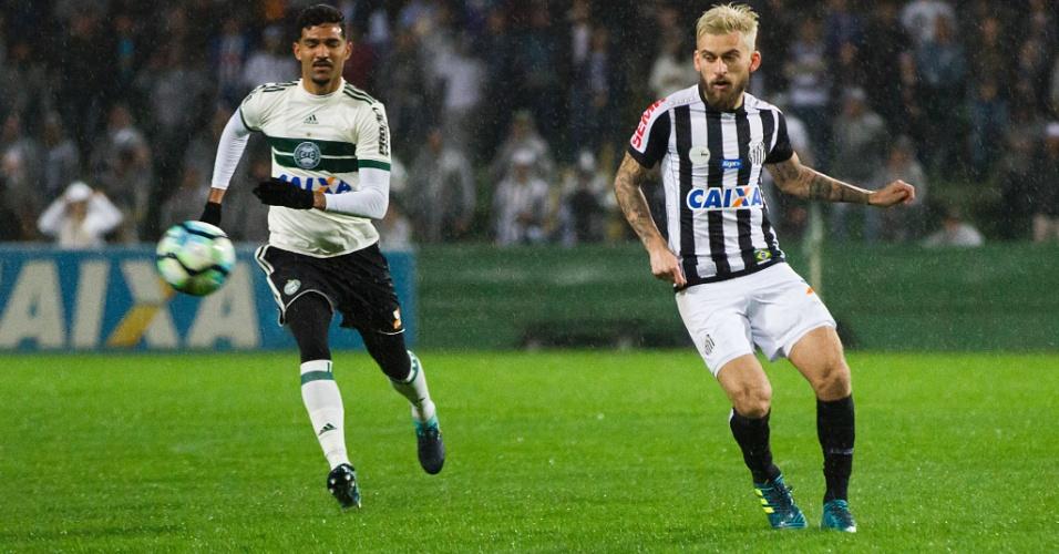 Lucas Lima, do Santos, tenta jogada e é acompanhado por jogador do Coritiba