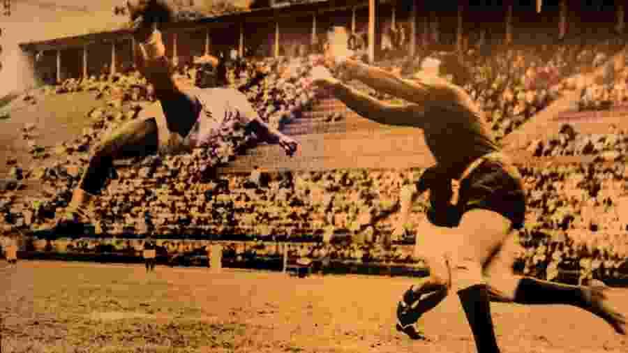 Leônidas da Silva executa bicicleta durante partida pelo São Paulo nos anos 40 - Eduardo Knapp/Folhapress