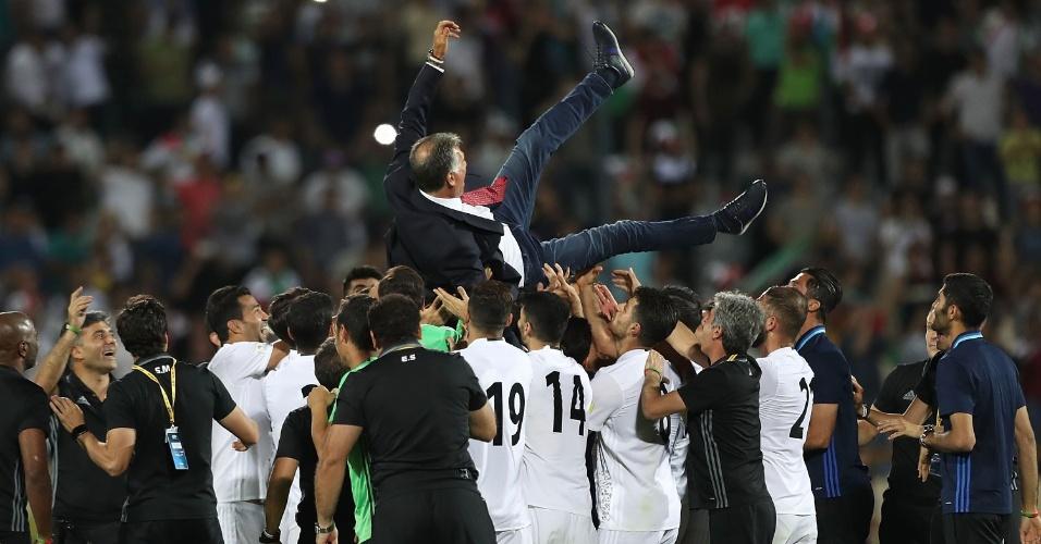 Técnico Carlos Queiroz é erguido pelos jogadores após Irã conseguir vaga na Copa