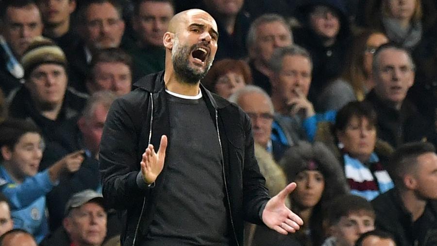 Pep Guardiola gesticula durante o jogo entre Manchester City e Wolverhampton - AFP PHOTO / Anthony DEVLIN