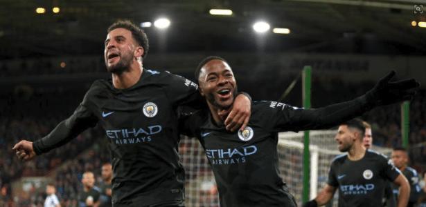 Sterling (dir.) comemora o gol do Manchester City sobre o Huddersfield - Dvulgação/Manchester City