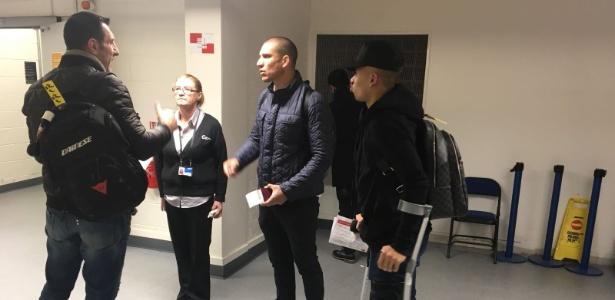 Gabriel Jesus em aeroporto de Manchester prestes a embarcar para Barcelona