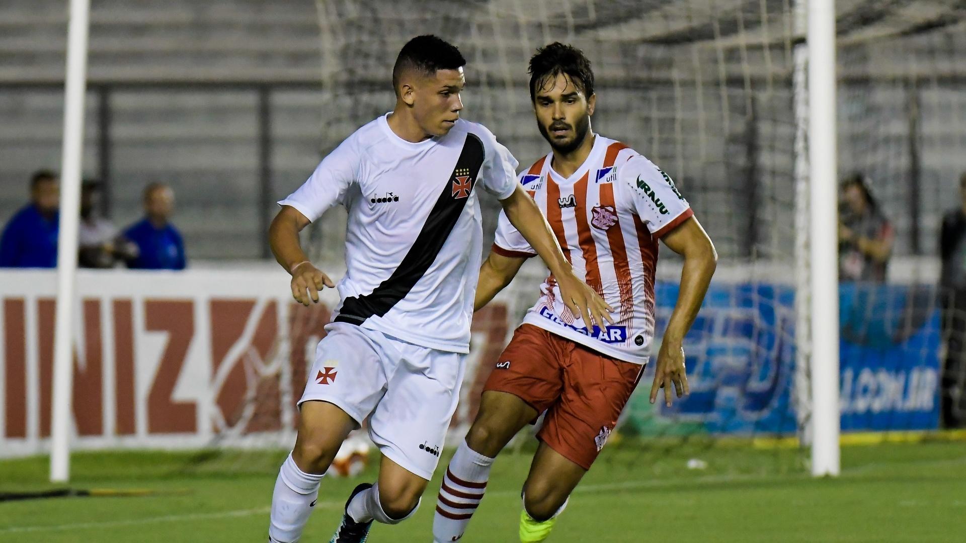 Paulinho disputa lance com Dalton em Vasco e Bangu