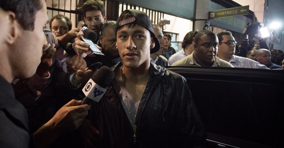 Neymar concede entrevista logo após a reunião que selou sua ida para o Barcelona, em maio de 2013