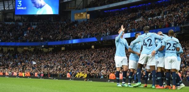 Jogadores do Manchester City comemoram gol durante partida da última temporada