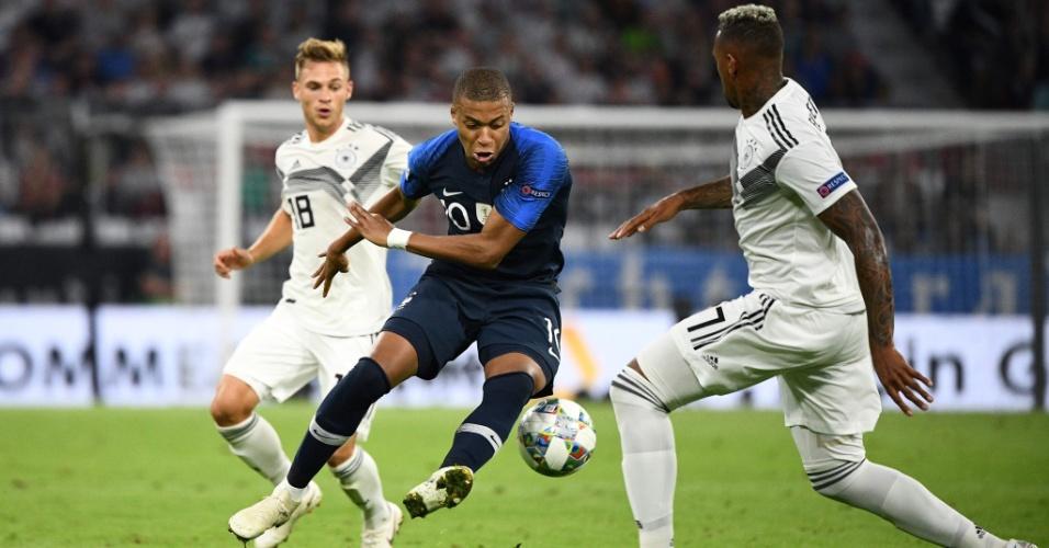 Mbappé encara a marcação de Boateng na partida entre Alemanha e França