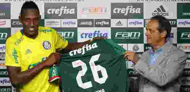 Genaro Marino apresentou Yerri Mina no Palmeiras - Cesar Greco/Ag. Palmeiras/Divulgação - Cesar Greco/Ag. Palmeiras/Divulgação