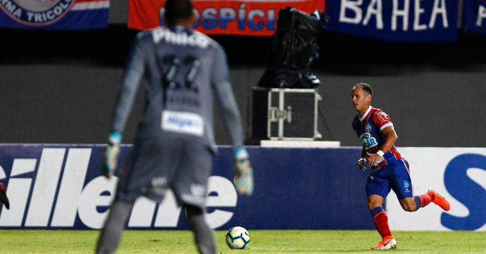 Guerra, meia do Bahia, carrega a bola durante jogo contra o Santos, pelo Campeonato Brasileiro