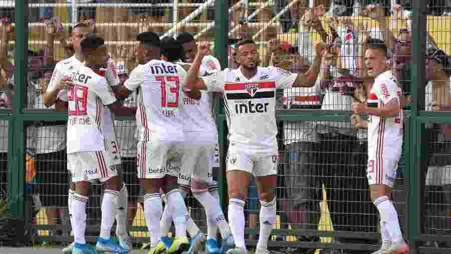 Jogadores do São Paulo comemoram gol contra o Fortaleza - Bruno Ulivieri/AGIF