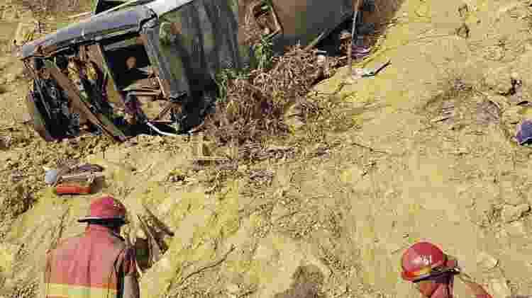 Bombeiros trabalham no resgate de vítimas de acidente de ônibus com torcedores no Peru -  -
