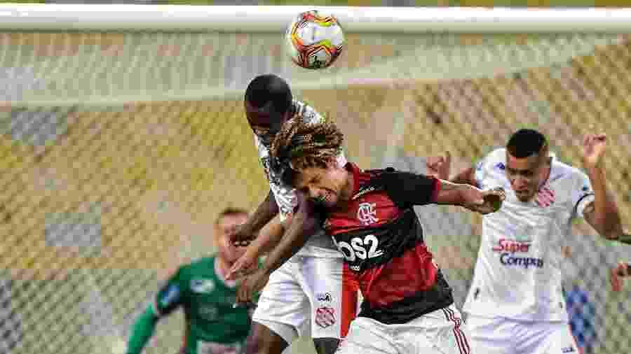 Willian Arão disputa lance durante a partida entre Flamengo e Bangu  - Agif