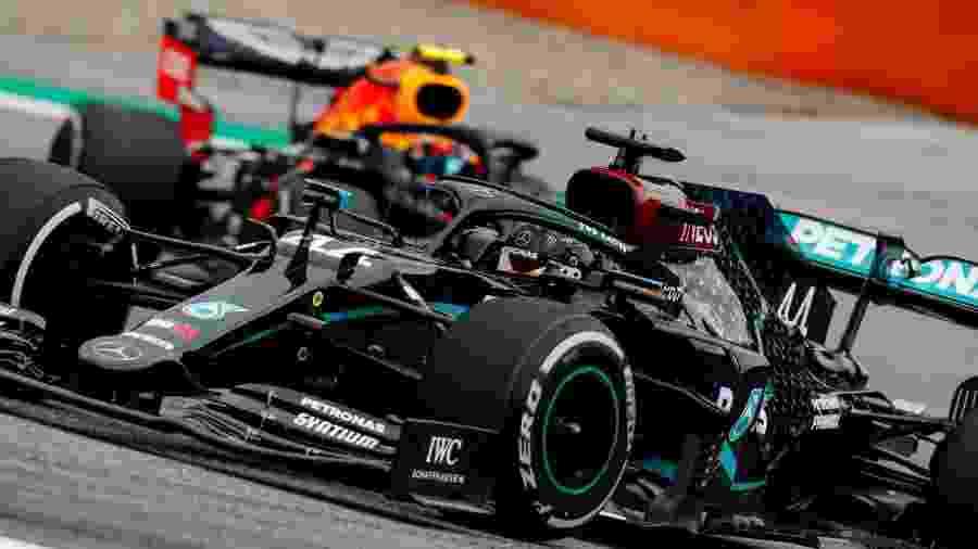 Lewis Hamilton, da Mercedes, à frente de carro da Red Bull  - LAT/Mercedes