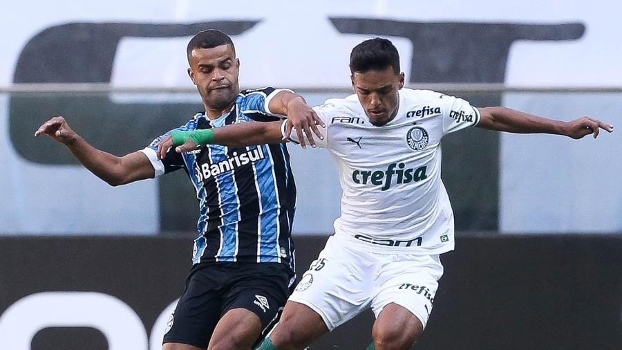 Alisson, do Grêmio, e Gabriel Menino, do Palmeiras, disputam bola em partida válida pelo Brasileiro - Cesar Greco/S.E.P Palmeiras