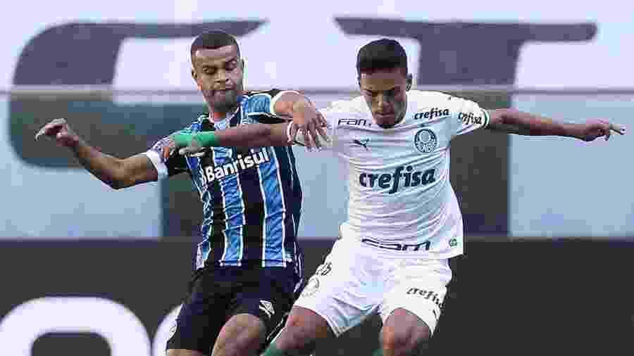 Alisson e Gabriel Menino disputam bola em partida válida pelo primeiro turno do Brasileirão - Cesar Greco/S.E.P Palmeiras