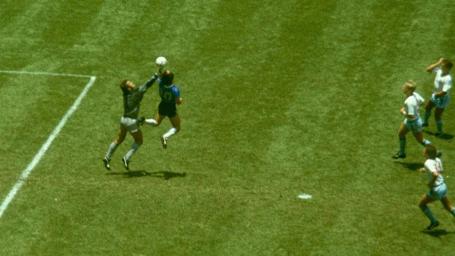 """Diego Maradona em disputa de bola com o goleiro da Inglaterra Peter Shilton para marcar de mão, na Copa do Mundo de 1986 - gol """"A mão de Deus"""" - Getty Images/Getty Images"""
