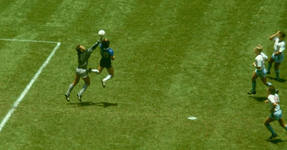 Diego Maradona em disputa de bola com o goleiro da Inglaterra Peter Shilton para marcar de mão, na Copa do Mundo de 1986 - gol