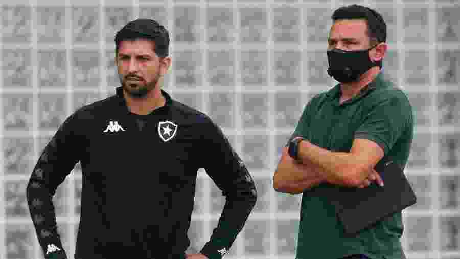 Emiliano Díaz, auxiliar do Botafogo, conversa com Tulio Lustosa, gerente de futebol - Vitor Silva/Botafogo