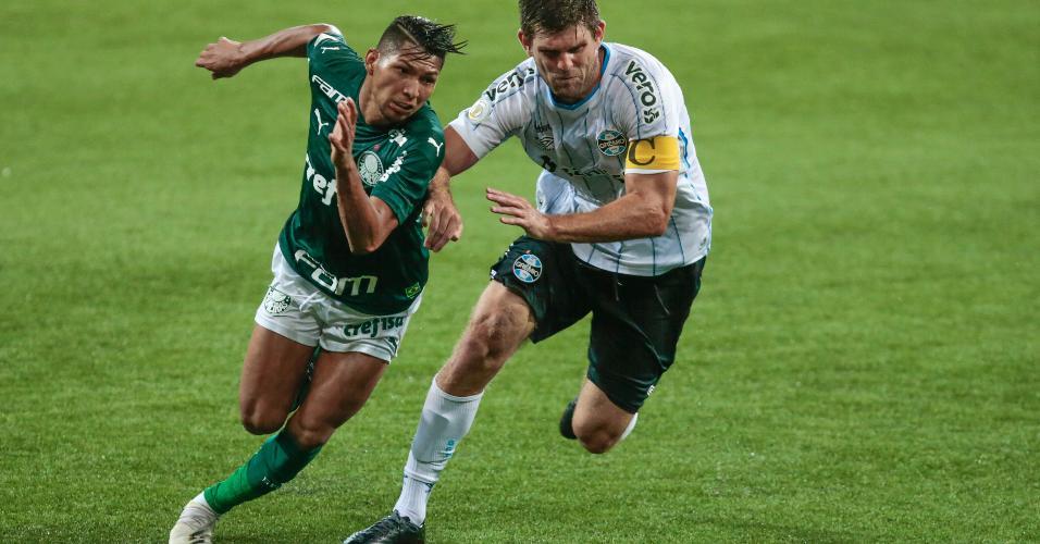 Rony e Kannemann disputam a bola na partida entre Palmeiras x Grêmio, pelo Brasileirão