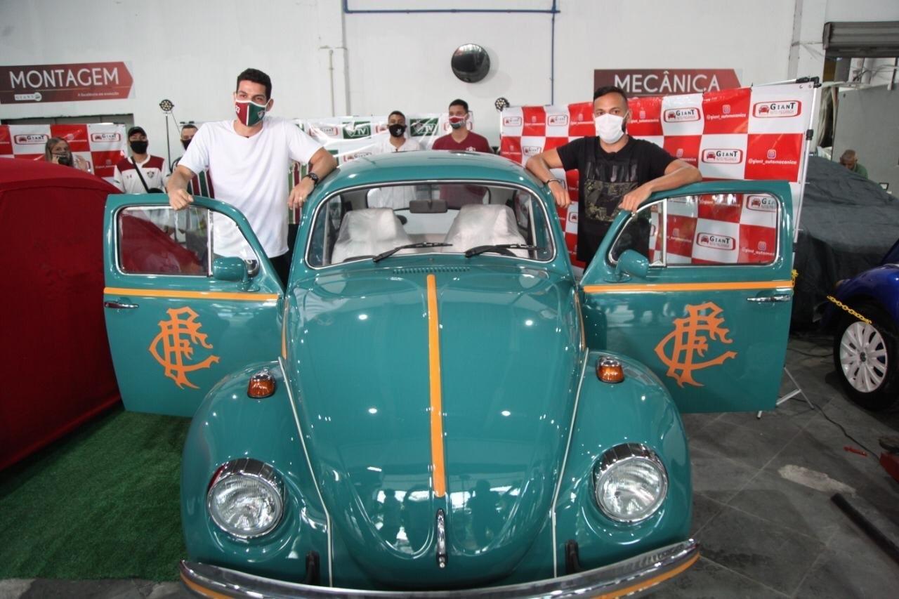 Flusquinha, carro de Nino e Yago, jogadores do Flu, após reforma