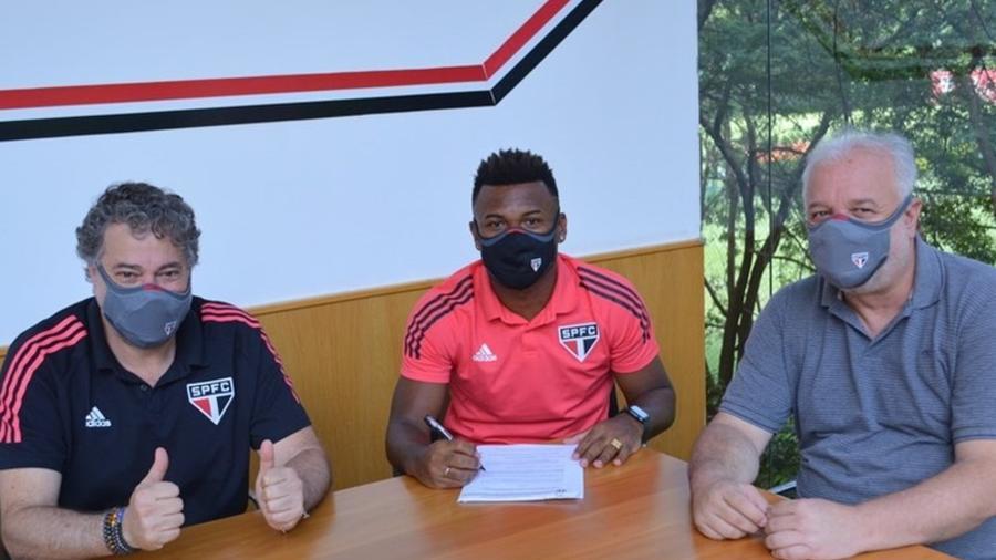 Luan assina contrato pelo São Paulo ao lado do presidente Julio Casares e do diretor de futebol Carlos Belmonte - Fellipe Lucena/São Paulo FC