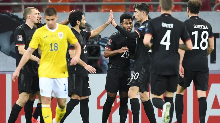 Jogadores da Alemanha comemoram o gol de Serge Gnabry na partida contra a Romênia pelas eliminatórias europeias para a Copa do Mundo de 2022 - Daniel Mihailescu/AFP