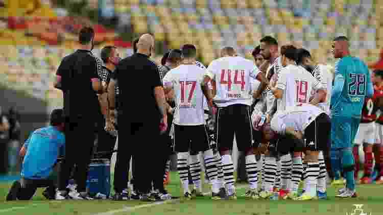 Time do Vasco conversa com Marcelo Cabo na parada técnico do clássico com o Flamengo - Rafael Ribeiro/Vasco - Rafael Ribeiro/Vasco