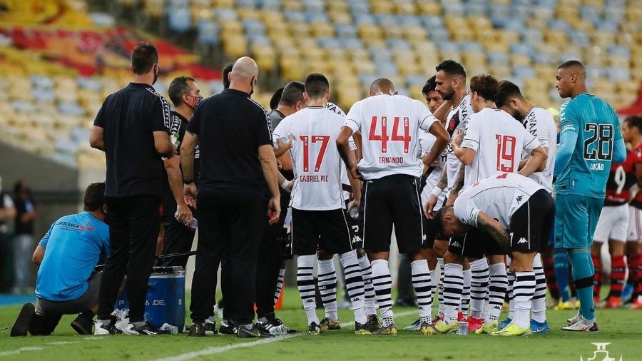 Time do Vasco conversa com Marcelo Cabo na parada técnico do clássico com o Flamengo - Rafael Ribeiro/Vasco