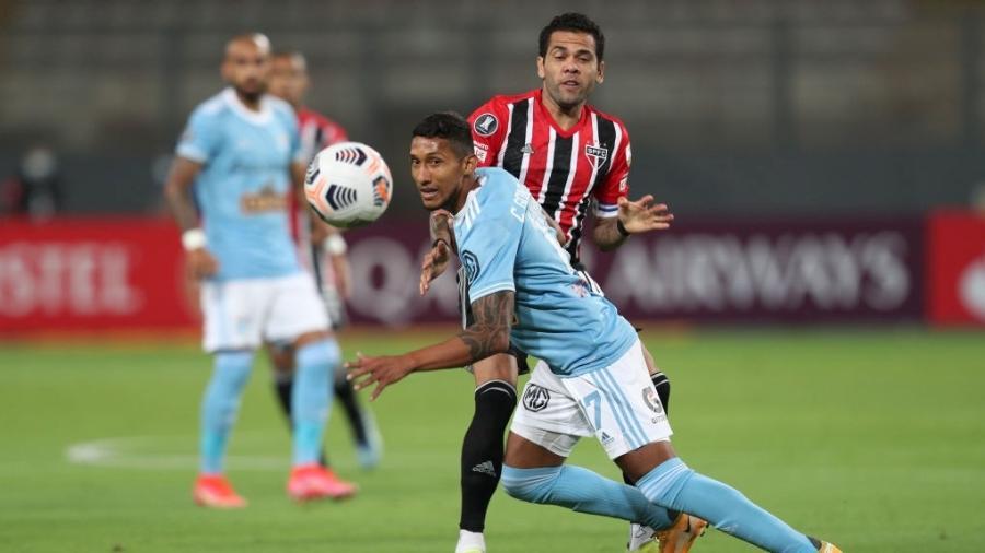 Daniel Alves em ação na partida entre Sporting Cristal e São Paulo, pela Libertadores - Getty Images