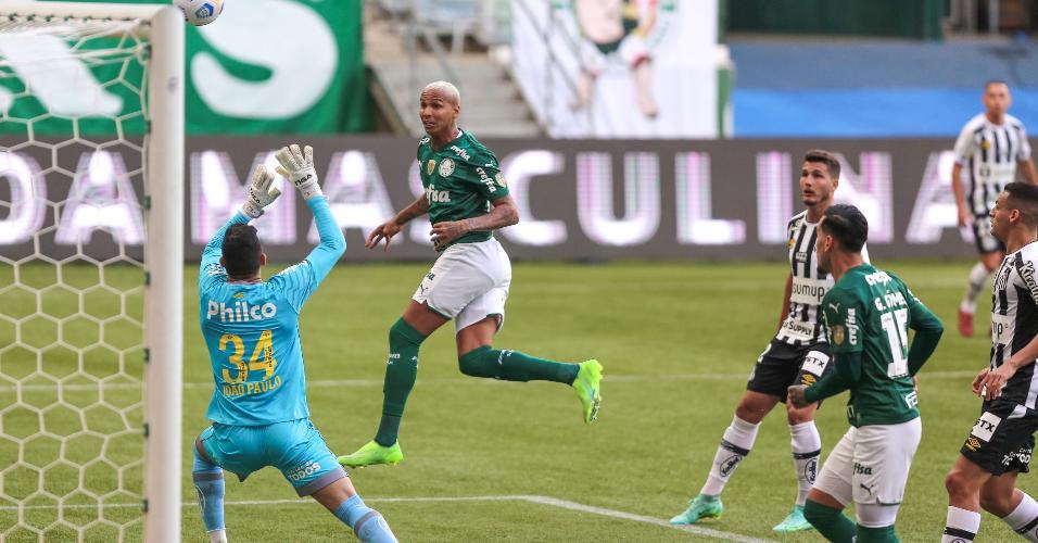 Observado pelo goleiro santista João Paulo, Deyverson tenta de cabeça em ataque do Palmeiras, no clássico no Allianz Parque, pelo Brasileirão