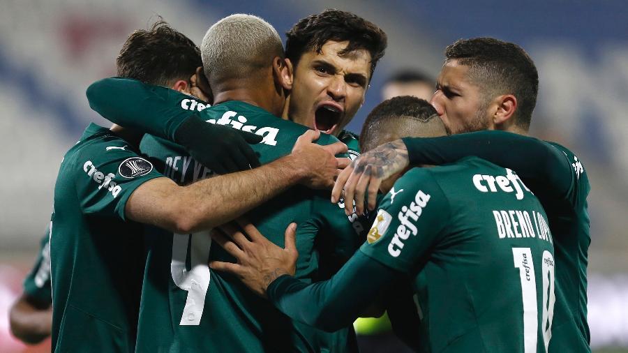 Raphael Veiga comemora com os companheiros seu gol em Universidad Católica x Palmeiras, pela Libertadores - Staff Images / CONMEBOL