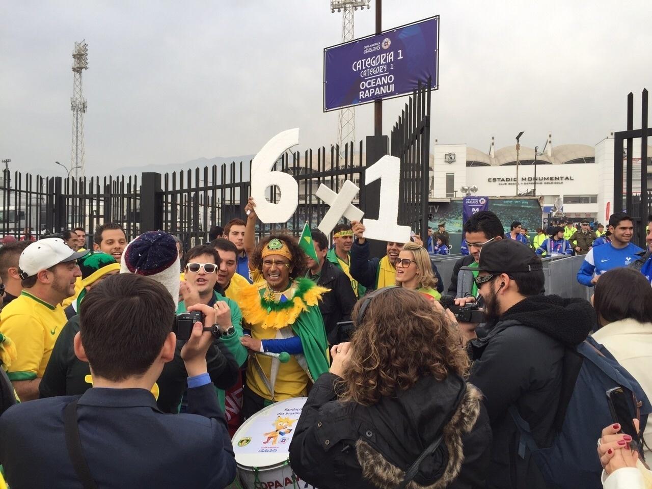 Repórter Vesgo, do Pânico da Band, marca presença no jogo do Brasil contra Venezuela na Copa América