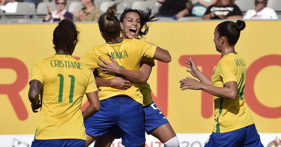Brasileiras comemoram o gol marcado por Mônica contra o Equador