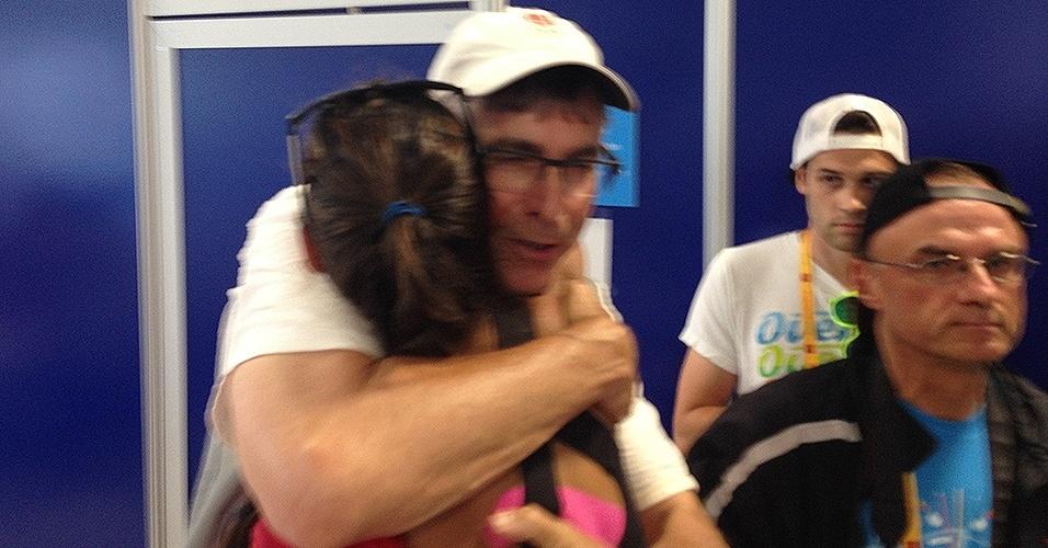 Fotógrafo Philip Witcombe abraça a enteada Melissa Humana-Paredes após ela perder a disputa do bronze no vôlei de praia