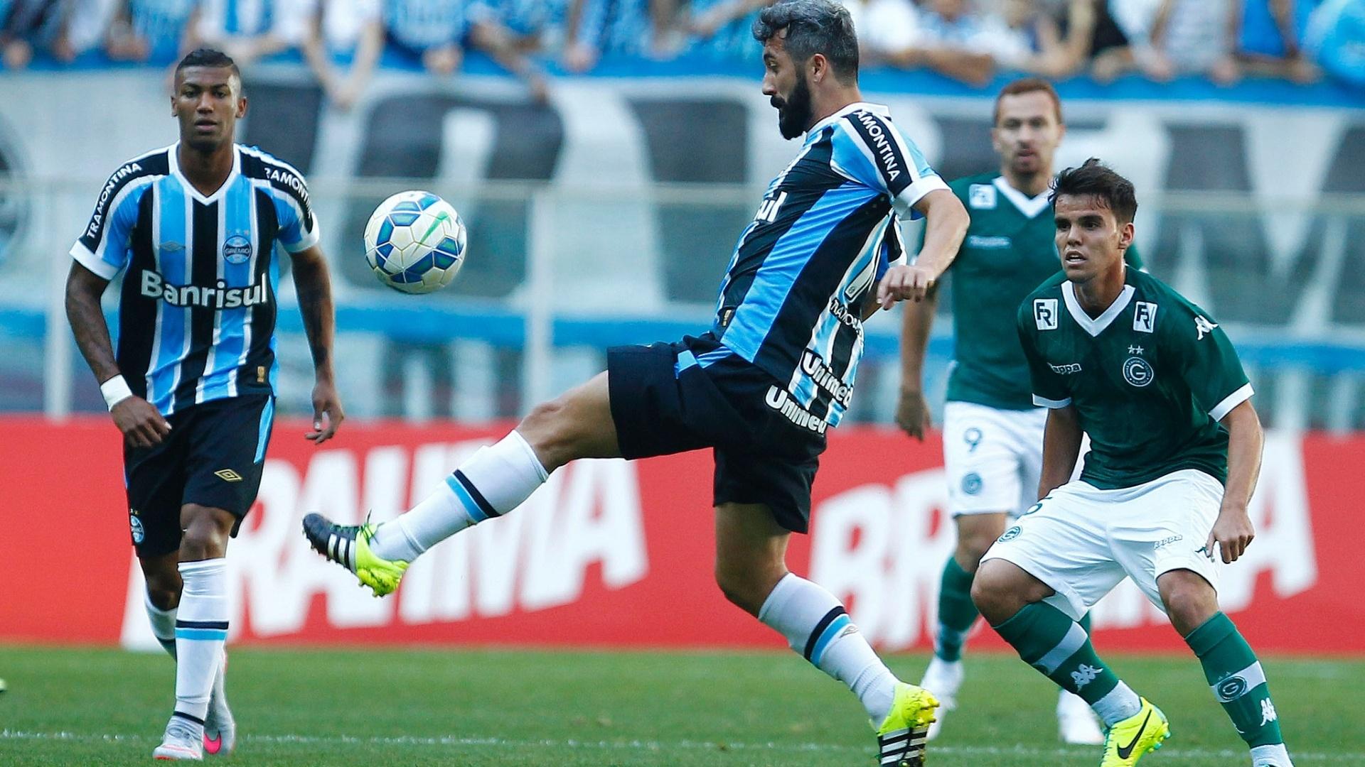 Douglas, do Grêmio, domina a bola em partida contra o Goiás, neste domingo (6), pela Série A do Campeonato Brasileiro