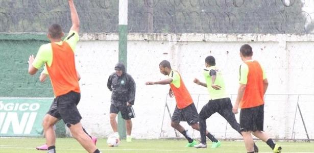 Gilson Kleina comanda treinamento no Coritiba sob forte chuva