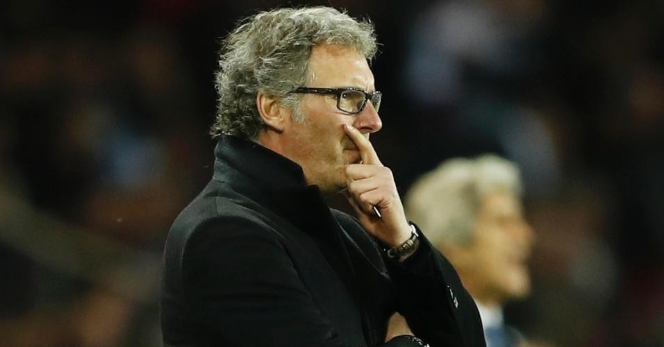 Laurent Blanc observa o desempenho do PSG contra o Manchester City pela Liga dos Campeões