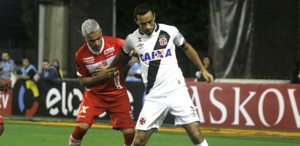 Olívio, volante do CRB, em ação contra o Vasco na Série B