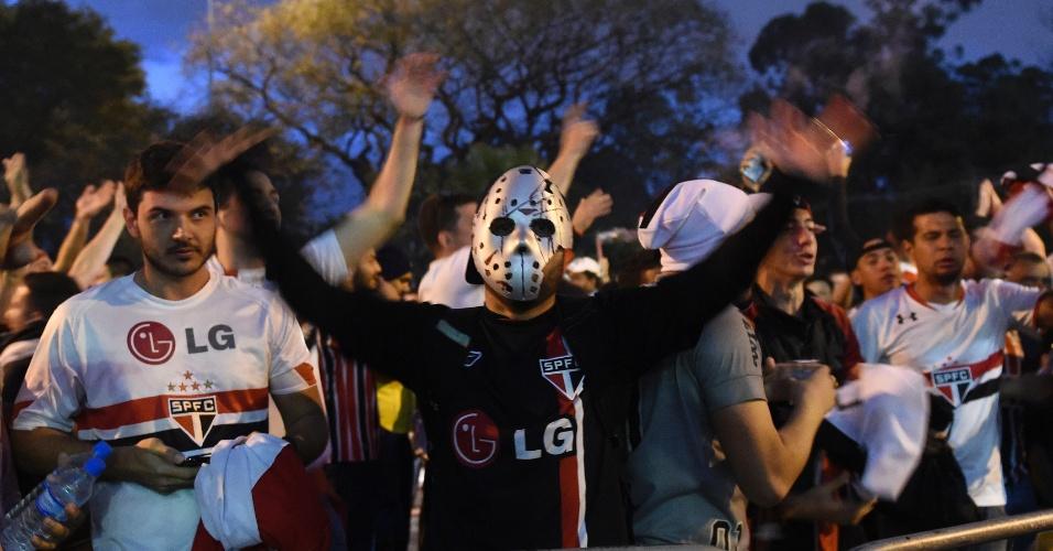 São-paulinos aguardam o time no entorno do Morumbi, para jogo da semifinal contra o Atlético Nacional-COL