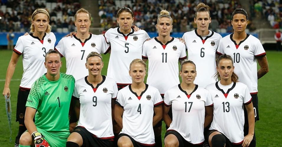 Seleção alemã posa para foto antes da partida contra o Zimbábue pela primeira rodada nos Jogos Olímpicos
