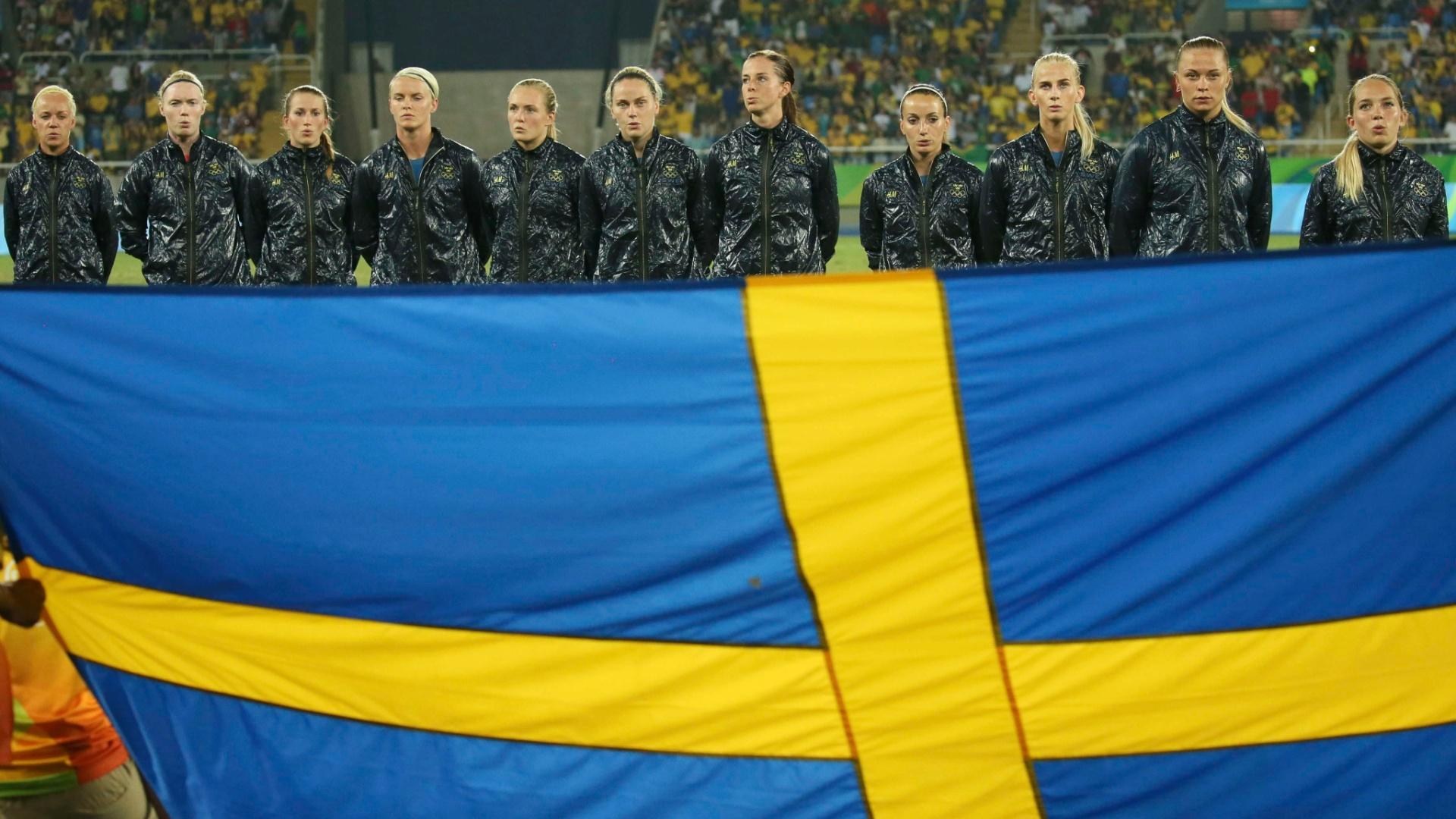 Seleção da Suécia canta hino antes da partida contra o Brasil