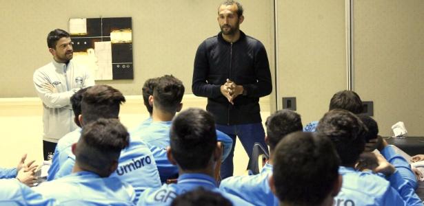 Atacante Hernán Barcos palestra para jovens da base do Grêmio na Argentina