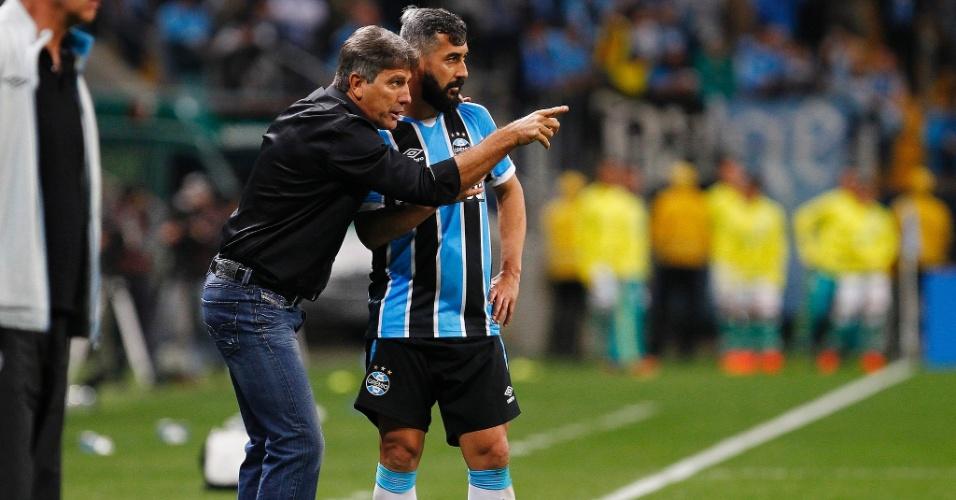Renato Gaúcho conversa com Douglas, que tem novo posicionamento em campo