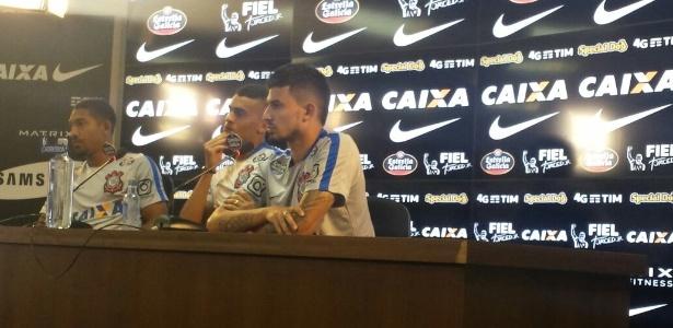 Léo Príncipe (à esquerda), Léo Santos (centro) e Pedro Henrique falam em entrevista coletiva