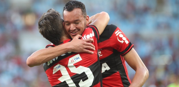 Réver abraça Diego durante o Brasileiro: zagueiro é fundamental no Flamengo