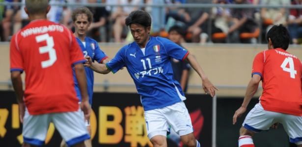 Kazu Miura disputa partida en 2013: mais uma temporada no futebol