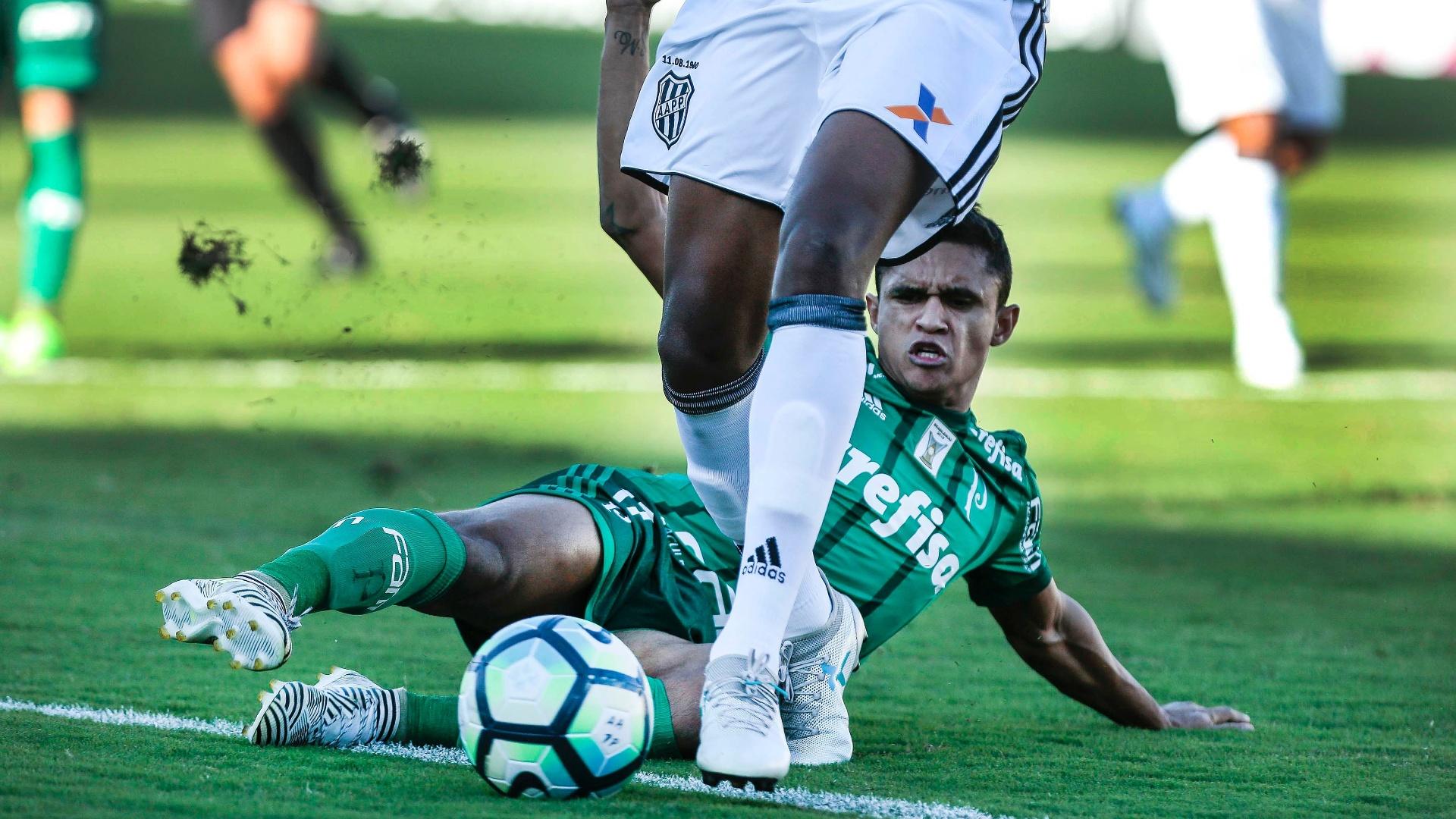 Erik, do Palmeiras, tenta tirar a bola de rival da Ponte Preta