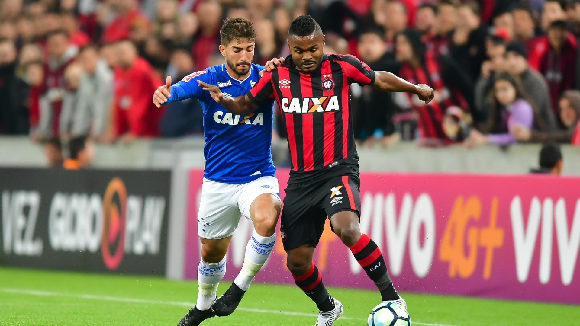Lucas Silva e Nikão disputam bola em Atlético-PR x Cruzeiro