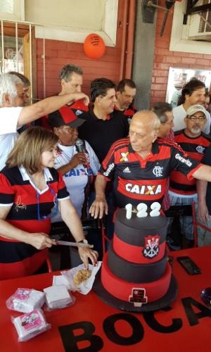 O ex-presidente George Helal foi o responsável por cortar o bolo de aniversário do Flamengo
