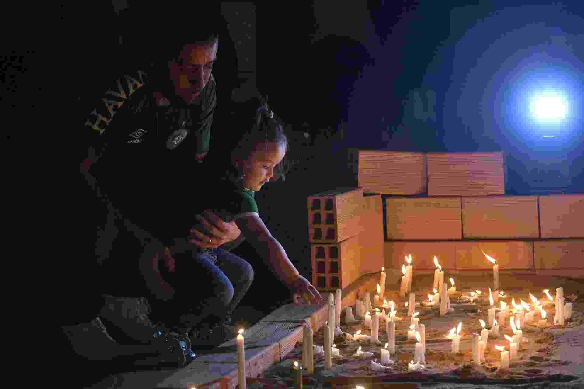 28.nov.2017 - Homenagens na Arena Condá, em Chapecó (SC), às vítimas e aos sobreviventes do acidente aéreo que dizimou a maior parte do time da Chapecoense, entre os dias 28 e 29 de novembro de 2016 - Nelson Almeida/AFP