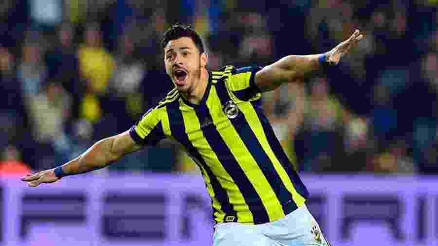 Giuliano, quando ainda defendia o turco Fenerbahçe, deixou o Al-Nassr e é avaliado pelo Galo - Reprodução